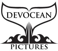 Logo von Devocean Pictures: Name in stilisierter Walflosse, die ins Meer eintaucht